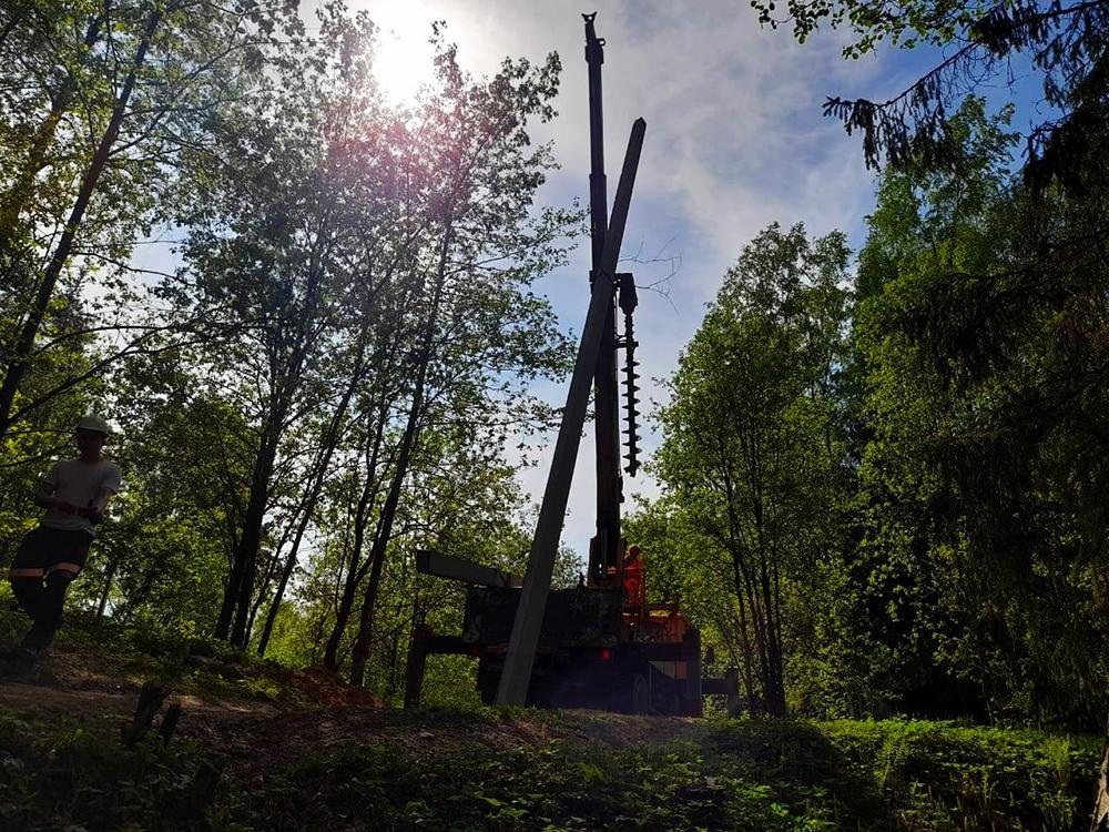 Установка столбов ЛЭП в лесу Сертолово