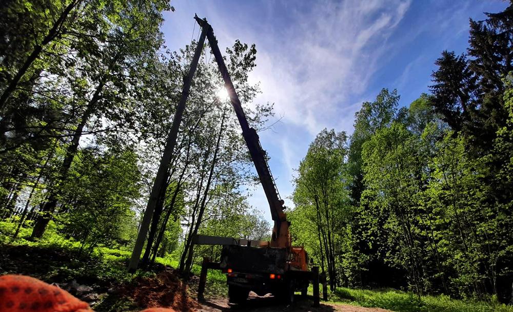 Установка столбов в лесу Серто