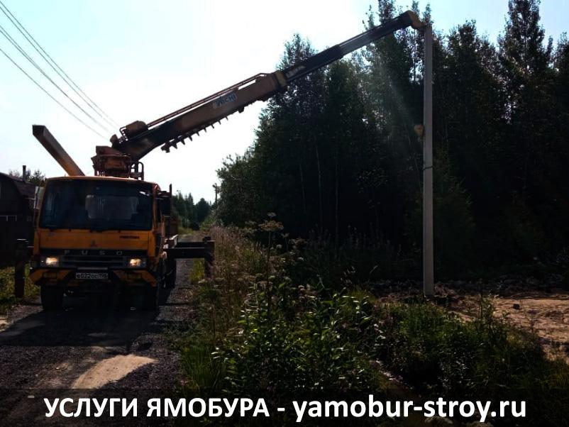 Установка столбов ямобуром в деревне Нурма