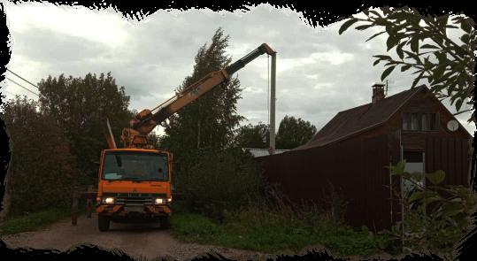 ямобур устанавливает столб на участке